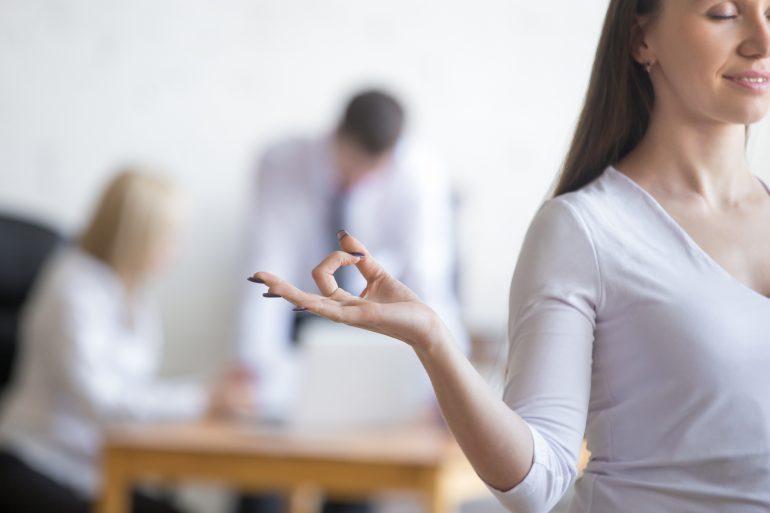 Durch getzielte Übungen am Arbeitsplatz, kann ich meinen Körper auch im Büro fit und gesund halten.